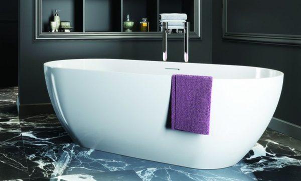 белая отдельно стоящая ванна