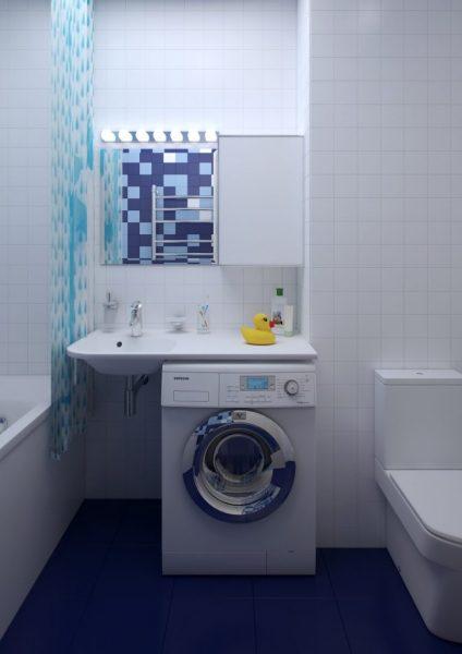 Стиральная машина в ванной комнате маленького размера