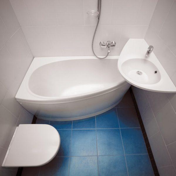 Угловая ванна небольшого размера