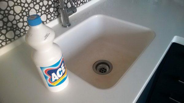 Специальное средство для очистки раковины