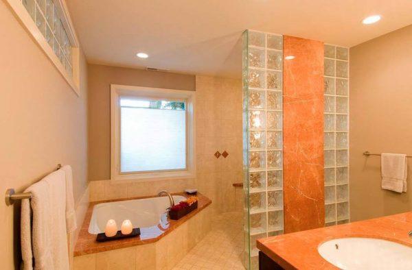 Перегородка в ванной комнате из стеклоблоков