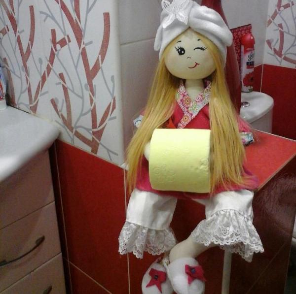 Кукла-держатель рулона туалетной бумаги