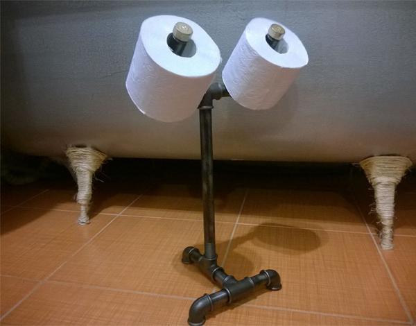 Держатель-подставка из металлических труб для туалетной бумаги