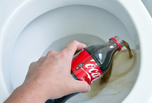Устранение засора в унитазе при помощи напитка Coca-cola