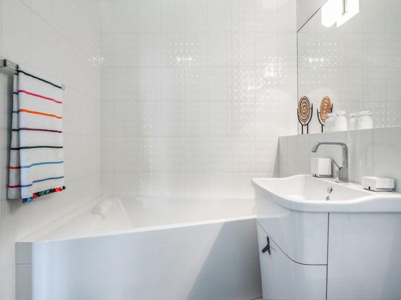 Как обыграть белую плитку в ванной: идеи на фото