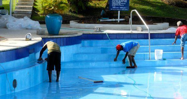 Очистка поверхности бассейна