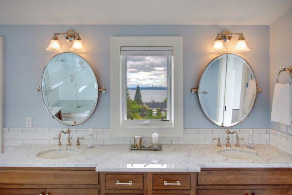 ванная комната с двумя раковинами