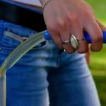 Душевая лейка в руке