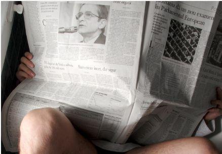 читать газету в туалете