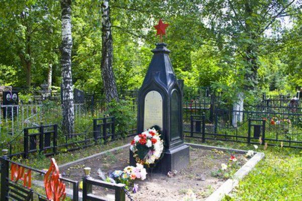 Берёзы на кладбище