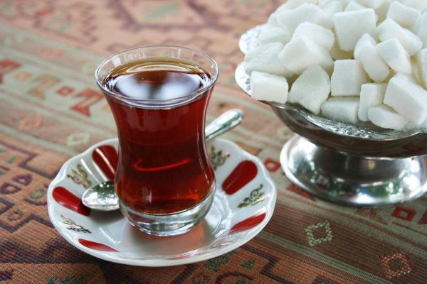 Чашка чёрного чая с сахаром