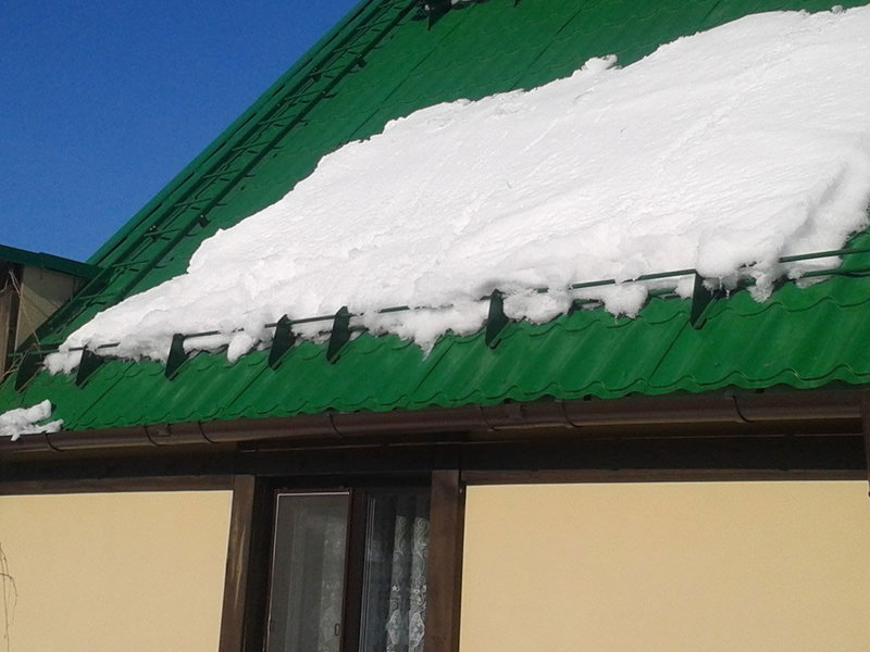 Снегозадержатели на металлочерепицу: виды, способы монтажа с фото и видео