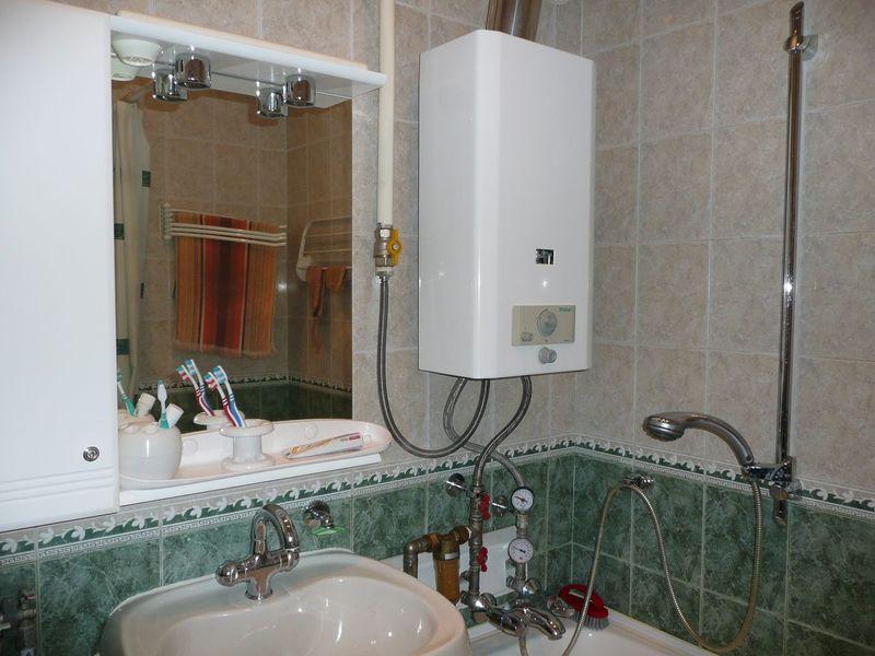 Почему нельзя ставить газовую колонку в ванной — закон и безопасность