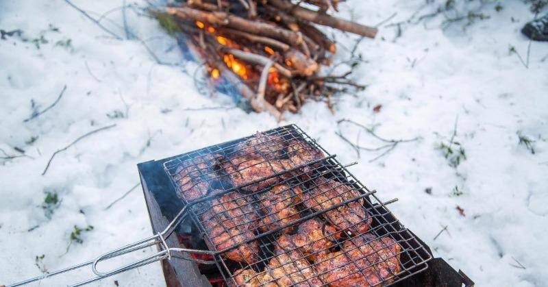 Зима – не повод отказаться от шашлыка: 5 советов, как приготовить на морозе вкусное мясо